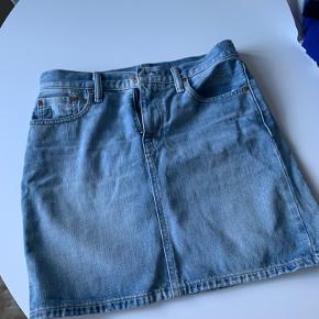 Fin Levis nederdel, kun brugt et par gange. Størrelse 27