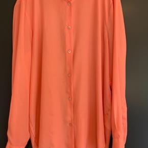 Acne studios skjorte   Laksefarvet skjorte fra Acne   Brugt, men i rigtig god stand   Str 40  Køber betaler porto
