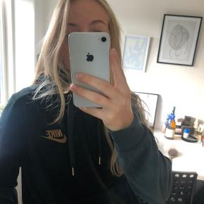 Limited edition hoodie/hættetrøje fra Nike i mørkegrøn velour. Str S.  Nypris 600kr