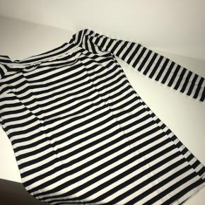 Neo noir bluse - OFF shoulder. Str S. Mp 200kr