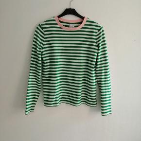 Grøn og hvid stribet bluse med lyserød kant