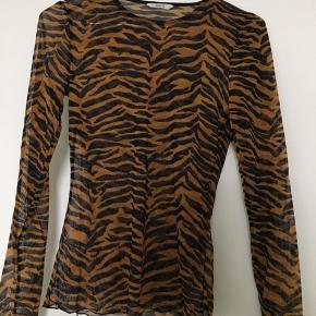 Gennemsigtig trøje med tigerprint fra envii. Orange, sort og lilla