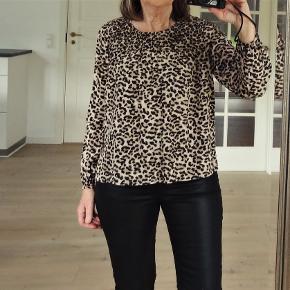 Super flot sort brun og hvid leopard mønstert bluse   GRATIS FRAGT    GRATIS FRAGT   Sender gerne og tranado giver hele efterårsferien dig gratis forsendelse, når du handler for mere end 100 DKK på Trendsales – fra lørdag d. 12/10 til søndag d. 20/10 kan du handle løs uden at skulle tænke på forsendelse.  derefter koster fragten 33 kr