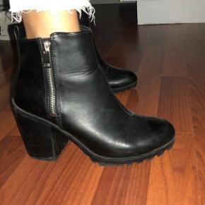 Sælger disse fede sorte støvler fra H&M i str. 38. Sendes med DAO på købers regning. Søgeord: Billi Bi, Graceland, Zara, Bianco, Monki