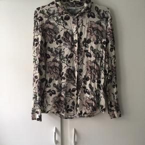 Flot blomstret skjorte fra Ganni. Giv et bud!   Se mine andre annoncer☺️ —————————————- Aiayu - ganni - acne studios - garment project - arket - Skall studio m. Fl.