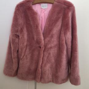 Meget lækker Fake fur jakke fra Second Female str m. Aldrig brugt. Ny pris 1.600kr🌷