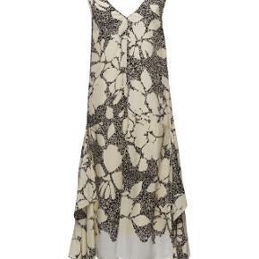 Flot kjole i 100 % silke.