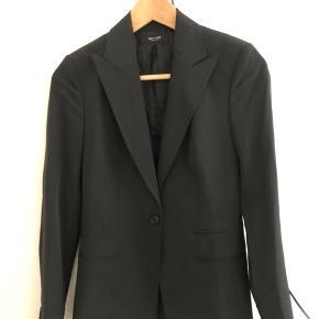 Klassisk sort Sand blazer, str. 34.  I perfekt stand.  95% polyester, 5% elastan.  Købspris: 2599. Pris nu: 400 kr.