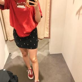 Sælger min højt elskede Zoe Karrsen nederdel da jeg desværre ikke kan passe den mere. Den er maks brugt 2 gange, og NP var 1.100kr 🍋 - Lightning bolts