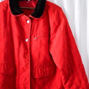 Frisk og luftig vintage jakke, der springer lige i øjnene. ♥️💫  Den er i stil af en tynd dynejakke og så har den en faux fur krave. Den lynes og så har den de 2 øverste knapper. De 2 nederste knapper har altid manglet.   #tuesdaysellout
