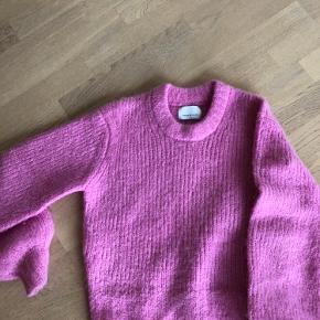 Lækker vamset sweater fra Samsøe Samsøe i blandingskvalitet med alpaca uld. Brugt få gange. Dejlig varm til de kolde dage.