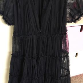Så sød og fin tyl kjole med underkjole i mørkeblå. Har lynlås lukning i ryggen. Kun brugt et par gange til fint.  Afh i 6710