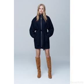 Elinor Mavis er en super trendy vinterjakke fra brandet mbyM. Denne jakke er den tilpassede efterkommer af mbyMs populære Ronja jakke.   Str. Xs/s Kan passes af en str. xsmall/small/medium.  Kun brugt nogle gange ellers hængt på bøjle.   Jeg glæder mig til at handle med dig! ☺️  Tag også gerne et kig på mine andre annoncer. ☺️