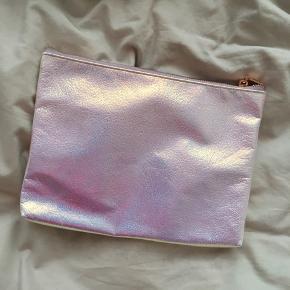Pink clutch fra H&M . Aldrig brugt. Fået i gave. :) måler : 19x25cm  Kan alternativt bruges som toilettaske