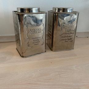 To metal dåser til sukker og te. De er brugte og har fået det lidt antikke look som gør dem endnu federe. Sælger begge to samlet.