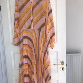 Second Female kjole str. XS men passer også til S Perfekt summerkjole til bryllup osv.