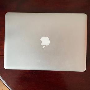 Sælger min velfungerende MacBook Pro, 13 tommer fra slut 2012.   Type MacBook Pro Produkt/model 13-inch LED-backlit widescreen notebook Processor (GHz) 3,1 Ram (GB) 4 Harddisk (GB) 500 Stand God  Årsagen skyldes blot, at jeg grundet en alvorlig hjernerystelse har investeret i den helt nye 2019 model med true tone skærm - så det blå lys fra computeren ikke forværrer min hjernerystelse. MacBook'en sælges med original æske og oplader, der virker upåklageligt.  Desuden er den selvfølgelig gendannet til fabriksindstillinger. Alle tastaturknapper virker, og computeren kører helt, som den skal. Den har desuden ALTID været pakket i beskyttet sleeve, og aldrig været tabt eller på anden vis beskadiget. Man er velkommen til at byde, men forbeholder mig retten til ikke at sælge, hvis rette bud ikke indtræffer.