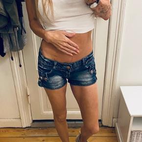 Korte demin shorts med fine detaljer. Str 27 i livet