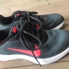 Fede Nike sko i farven mørkegrå med neon pink. Prøvet på et par gange. Aldrig ude. Står som nye.