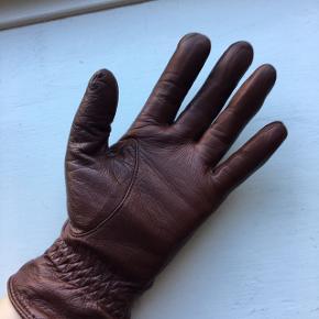 Fine bløde skindhandsker i flotteste varme brune nuance - str hedder Small - rigtig god stand - nypris ca 399