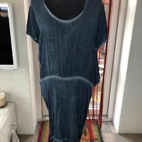 Fin let kjole. Brugt men stadig rigtig pæn.  Skriv efter evt. mål.  Bytter ikke. Sender gerne på købers regning.  #Secondchancesummer