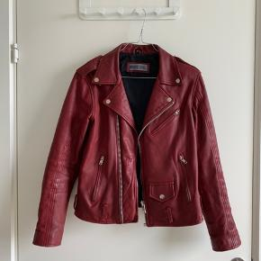 Vinrød meotine læderjakke. Fantastisk kvalitet. Bælte medfølger til jakken. Sælges da jeg desværre er vokset fra den.