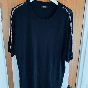 Helt ny ZARA T-shirt med de fedeste kæde detaljer fra skulder og ned langs armen  Aldrig brugt