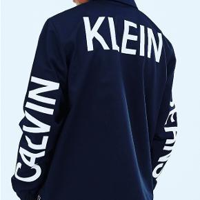 Sælger denne super fede Calvin Klein jakke  Brugt ganske få gange, nyprisen er 1300kr  Jakken har ingen fejl