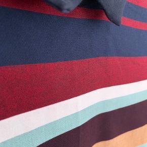 En meget kort kjole eller en tunika med striber og skjortekrave. Smukke farver.