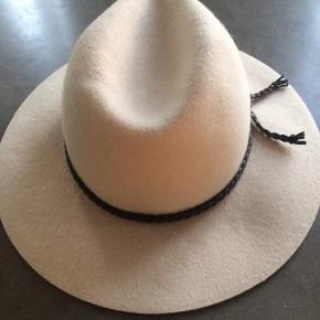 Feminin cowboy look filt hat I 100% uld, farven hedder Dusty Rose... med brun flettet snøre rundt om hatten... omkreds 57cm, str. S/M...super fin stand, brugt få gange, fremstår derfor som næsten ny. Købt i London.... BYD.... gerne mobilpay