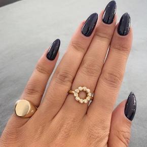 Ele Jewellery ring. 925 belagt med guld.  Jeg kan desværre ikke huske størrelsen, men jeg mener at det er en str. 54 eller 55. Jeg har brugt den på ringfingeren. Den er købt på Østerbro i butikken Etoile.  KVITERING HAVES.