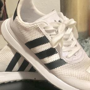 Varetype: Sneakers Farve: HVID Oprindelig købspris: 900 kr.  Cool Adidas brugt ganske få gange mp 400