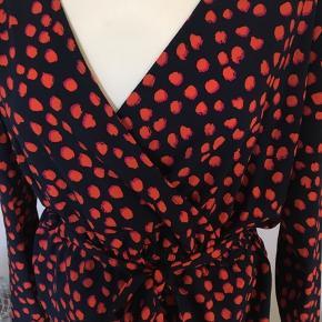 Smuk bluse med slå-om effekt, elastik i taljen og bindebælte.  Style navn: Avila
