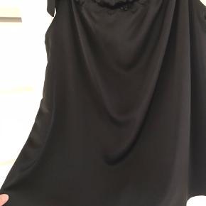 Smuk top fra Drys med det flotteste fald. 100 % polyester så den er dejlig let at have på.  Bindes ved skulder, så man bestemmer selv hvordan den skal sidde. Lidt stor i størrelsen, så den svarer til en str. M/L.
