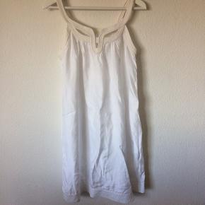 Bruuns Bazaar - kjole Str. 38 Næsten som ny Farve: hvid Lavet af: 100% viscose Mål: Brystvidde: 96 cm hele vejen rundt Livvidde: 118 cm hele vejen rundt Længde: 98 cm Køber betaler Porto!  >ER ÅBEN FOR BUD<  •Se også mine andre annoncer•  BYTTER IKKE!