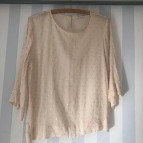 Sød bluse, svarer til en størrelse s/m.