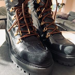 SÆLGER FORDI DER IKKE ER PLADS TIL MINE INDLÆG  Fedeste støvler - der er sorte snørebånd -æske og dustbag med Købt i august i nypris 3.499,-  Pp og ts gebyr Eller afh på islandsbrygge-