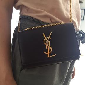 Den fineste lille rød brune fest taske. Måler 17cm. Meget fin stand. Kvittering haves.