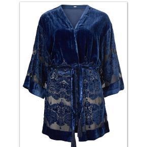 Bytter ikke. Mp. kr. 750,-, eksklusiv porto. Købspris: 1500 kr. plomberet m. tags. Smukkeste cardigan/kimono i velour,fra Gustav str. L.,som giver et utrolig eksklusivt og  udtryk med mønstret i bunden af kimonoen som er let transparent. Der leveres bælte i velour med sorte silkekvaster i enderne. Pasform : rummelig, almindelig i størrelse. Materiale : 78% viskose 22% nylon. Bukserne og bælte på billede 2, er IKKE til salg!! Gustav størrelsesguide for en str. L/40: Bryst mål 97 cm Talje mål 81 cm Hofte mål 105 cm Kimonoens mål: Hvert forstykke måler, ved bryst linjen 31 cm, i alt 61 cm Ryg stykket måler ved bryst linjen 58 cm, fra sidesøm til sidesøm. Omfang rundt forneden 125 cm Kommer fra et ikke ryger hjem. Hænger i dragtpose.