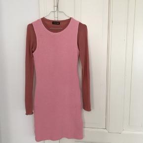 Vasket én gang, aldrig brugt kun prøvet på. stretchy bodycon kjole i lyserød med rib alike stof.