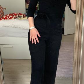 Sort buksedragt fra Bershka str M. Der er bindebånd i taljen og buksebenene stumper