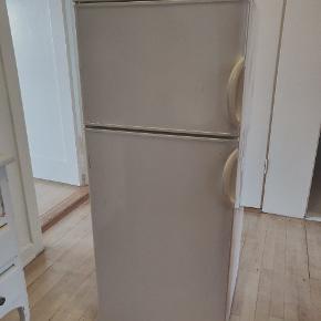 Electrolux Køleskab med indbygget fryser ❄️ 6 år gammelt, virker upåklageligt - sælger fordi vi har købt et større. Perfekt i den lille lejlighed eller i en hjemmebar.  Har nogle slidmærker, og en revne i grøntsags-skuffen. Derfor sælges det billigt.