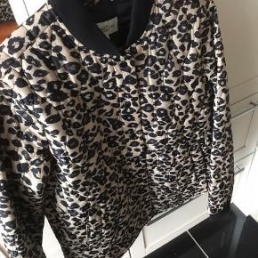 Denne populære jakke er brugt få  Gange og er aldrig vasked den er så super flot og ligner en næsten ny jakke 😊😊😊