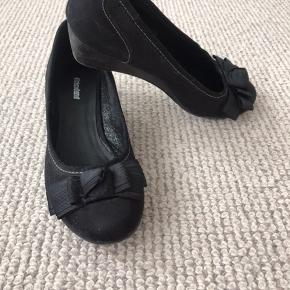 Graceland ballerina med hæl str. 39 med fin sløjfe på spidsen.   Lidt støvet.   Der har altid været ekstra sål i, så sålen indenfor fejler ikke noget.   Hælhøjde: 3 cm.