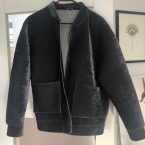 Super flot velour jakke fra Zara. Næsten ikke brugt. Skriv hvis du har spørgsmål😇