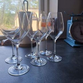 Holmegaard Cabernet vinglas sælges.  De er i perfekt stand, brug meget få gange. Uden skår og lignende.   Jeg ved ikke lige hvor mange cl de er på, men jeg er skrevet højden på dem.   Rødvinsglasene måler 22,5 cm Hvidvinsglasene måler 20,5 cm  2 stk. Rødvinsglas 4 stk. Hvidvinsglas  Sælges for 300 kr.