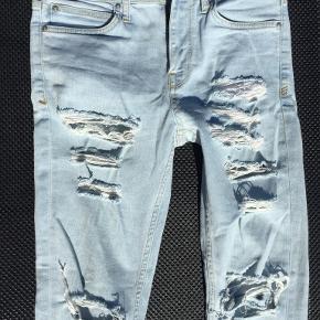 Superseje denim jeans med slid og huller (se foto). Ikke brugt mange gange. Derfor i særdeles fin stand.  Str. 30/32. Portoen er 37 kr. som køber  betaler. Bytter ikke. Se også mine øvrige annoncer. Betaling via mobilepay og sender med DAO fra dag til dag. (10)