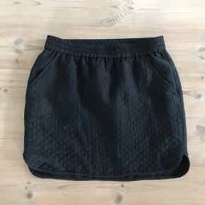 Sort Designers Remix Charlotte Eskildsen nederdel i sort vatteret stof med innerfor. Str. 40. Med 2 lommer og en snyde lomme med lynlås bagpå. Ingen pletter, huller eller slid. Ikke bytte. Ny pris 1200,- Sendes til en postbox nær dig med DAO