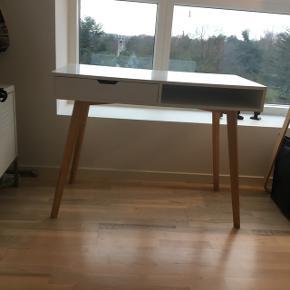 TAMHOLT bord fra JYSK, nypris 1100 kr. Har skræmmer som vist og sælges derfor billigt. Skænerne kan evt males over