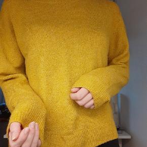 Karrygul sweater fra H&M. Brugt nogle gange men uden slid. Strl. S. Kan afhentes på Amagerbro eller sendes på købers regning.
